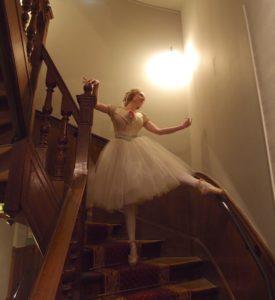Mlle. Mimi dans l'escalier du Musée Jean-Jacques Henner